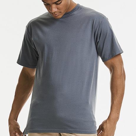 modello indossa una maglietta russel m180